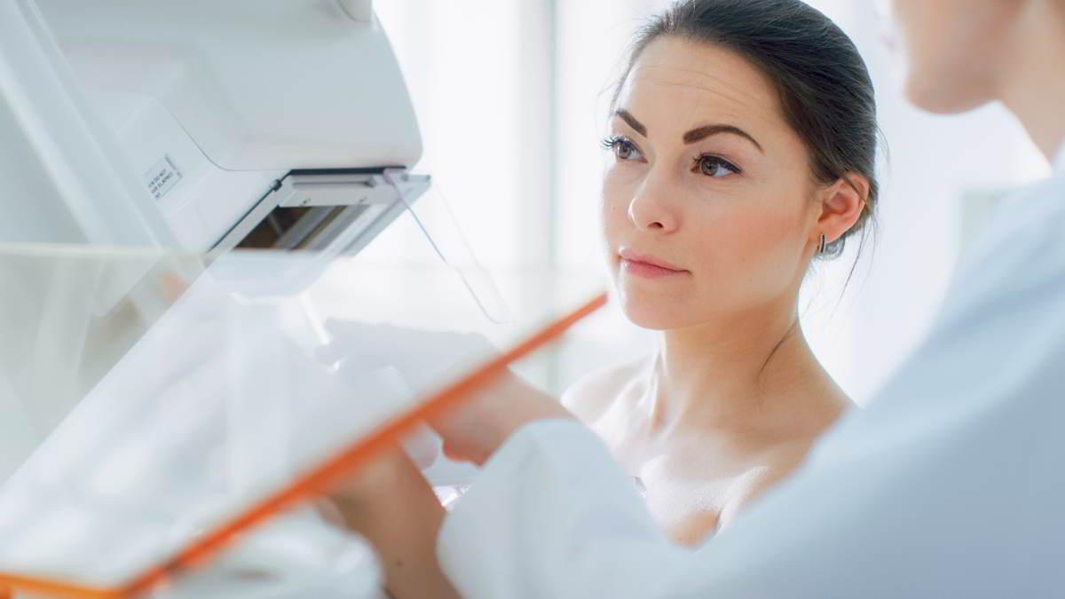 Imagen de una mujer que se realiza una mamografía