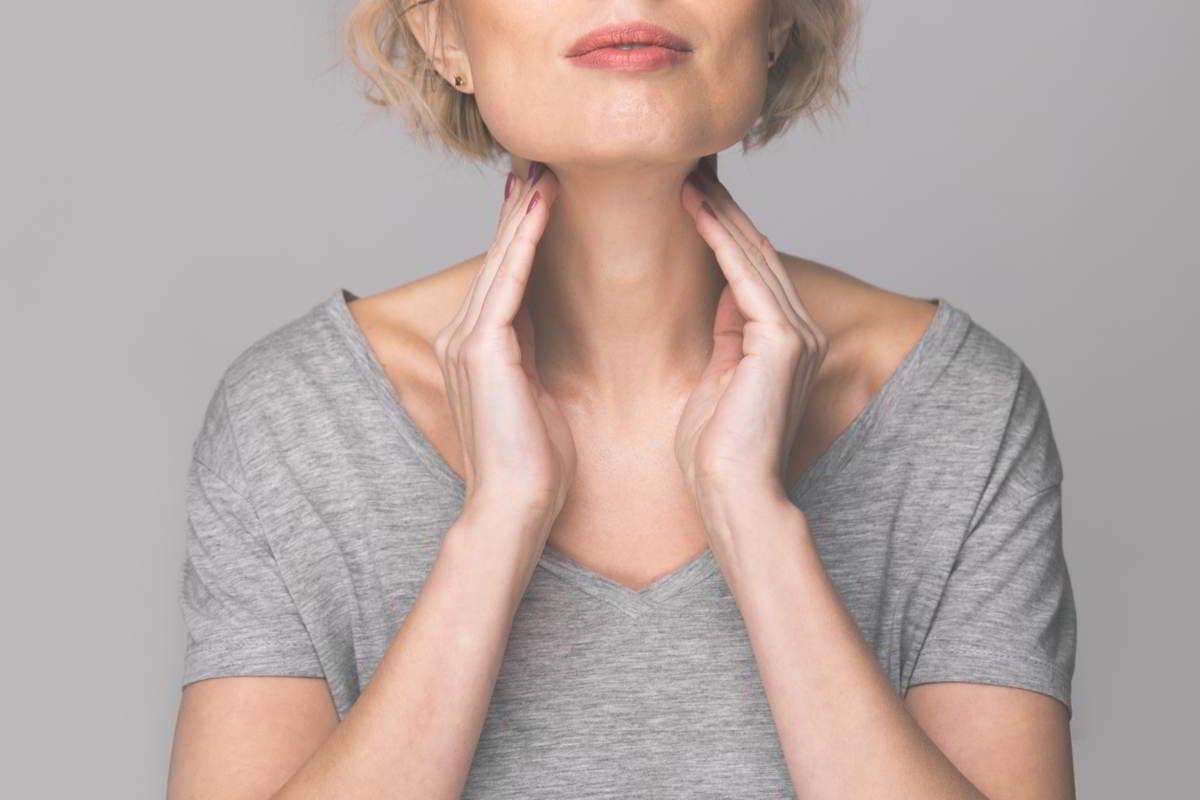 Imagen de mujer con las manos en el cuello