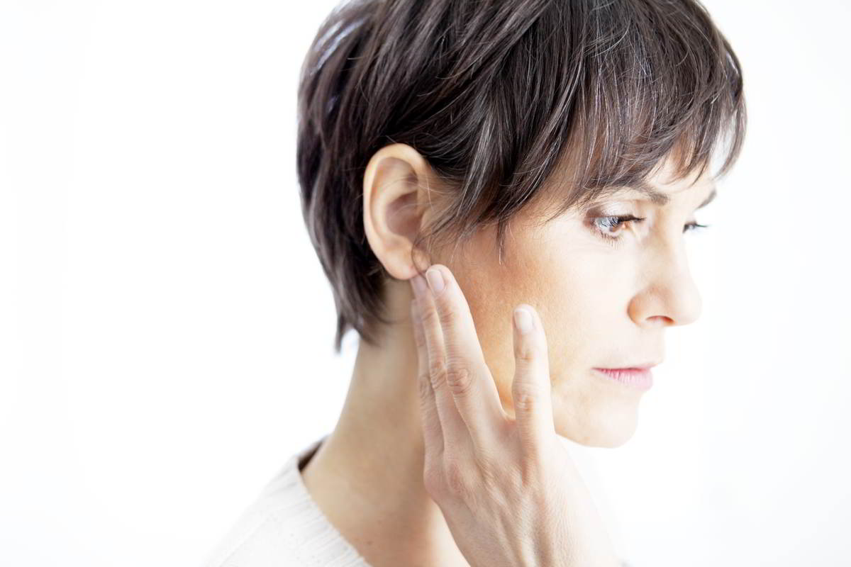 Imagen de una mujer adulta con infección de oído