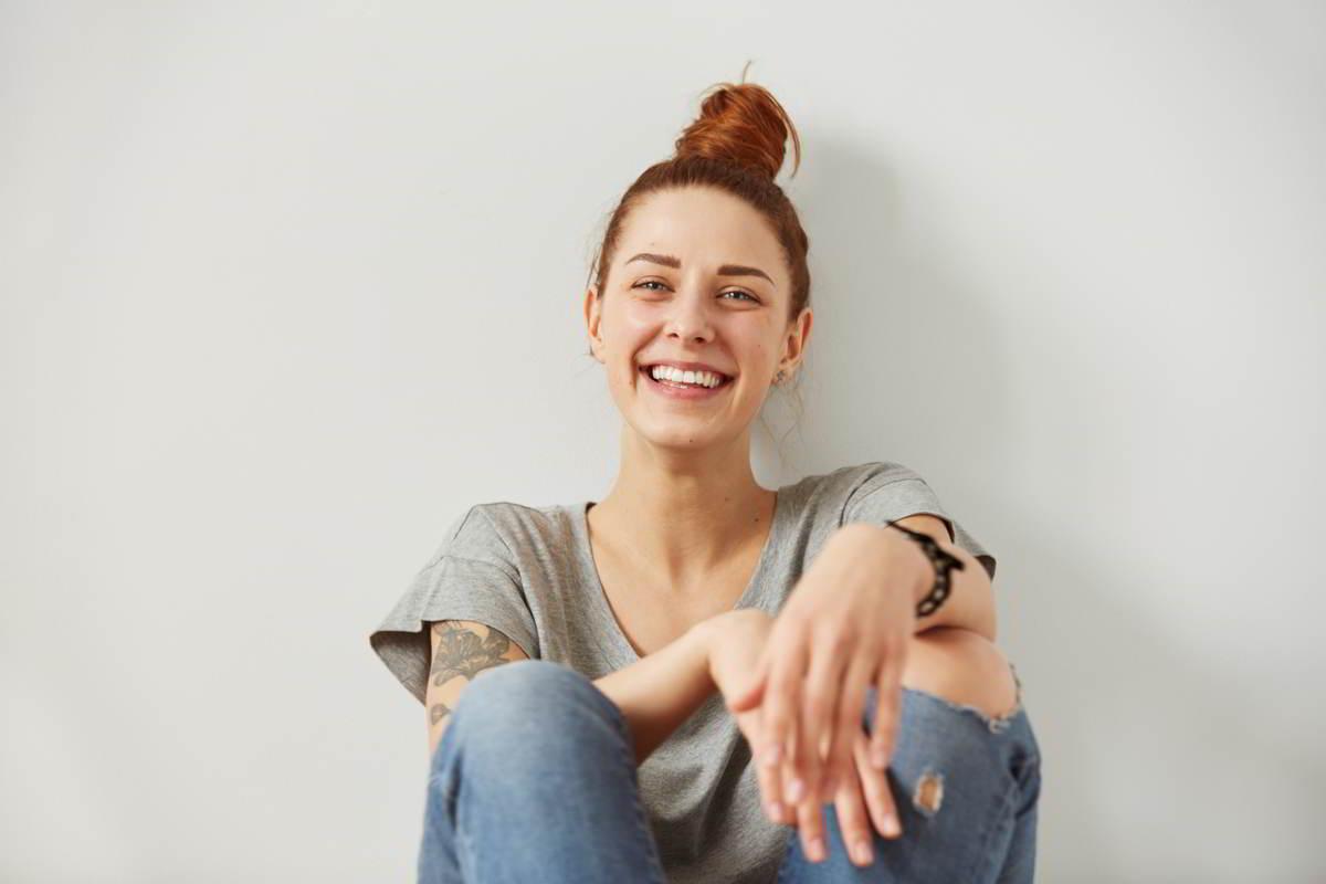 Imagen de una mujer joven que representa su busqueda por saber cuál es el mejor método anticonceptivo