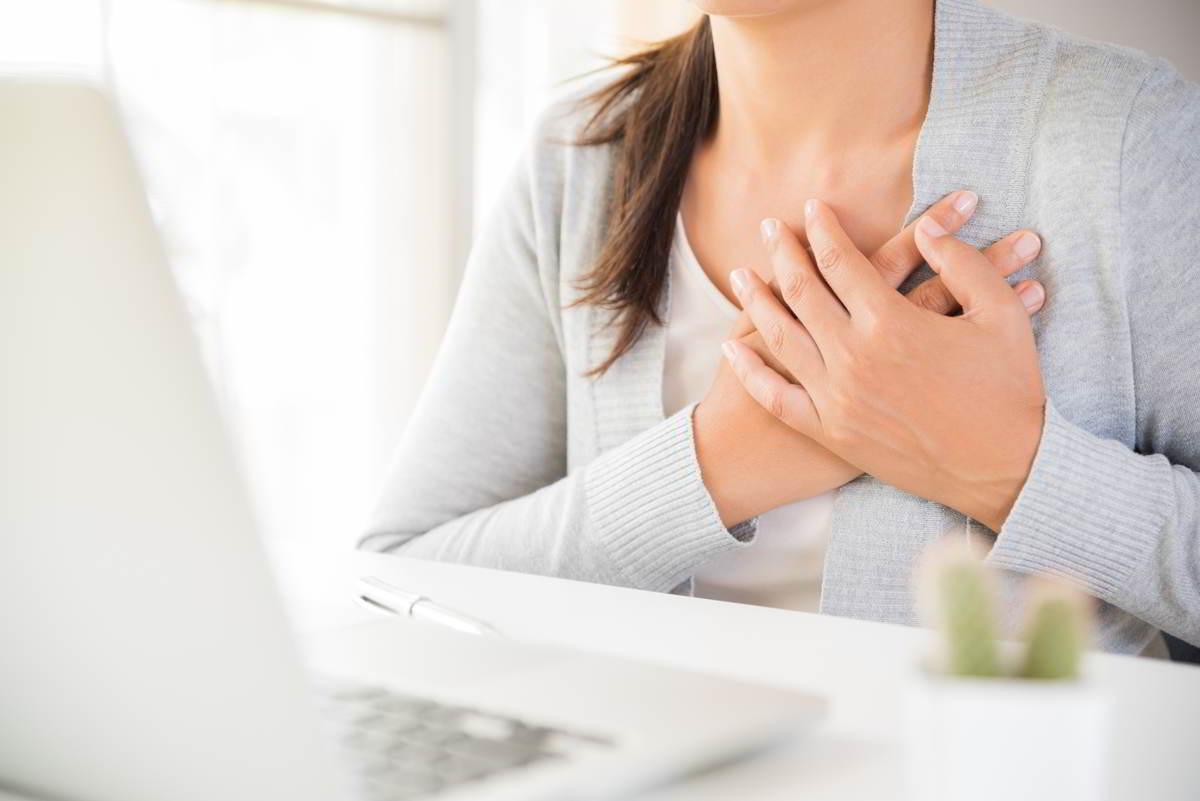 Imagen de una persona con dolor y pinchazos en el pecho