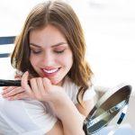 Imagen que representa a una mujer maquillándose los ojos